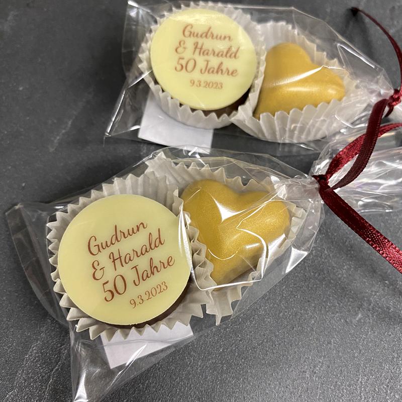 Hochzeitspraline und goldenes Herz verpackt im Tütchen